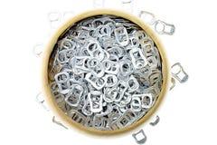 Suene el aluminio del tirón de latas en cuenco de madera Imágenes de archivo libres de regalías