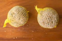 Suet taktuje pełno, ptasi jedzenie w meshed torbie dokrętki słonecznikowy ziarno Zdjęcia Royalty Free