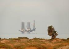 SUETSKY-KANAL, EGYPTEN - NOVEMBER 8, 2008: Oljeplattform i den röda Sen Arkivbilder