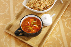 Suey de côtelette sur les nouilles cuites en friteuse Images stock