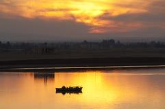 SUEZ CANAL/EGYPT - 3. Januar 2007 - Schattenbild eines einzigen fishe lizenzfreies stockfoto