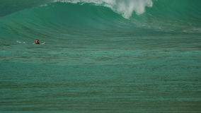 Sufer на волнах на пляже Nai Harn, Таиланда акции видеоматериалы