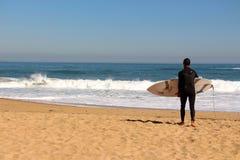 Sufer смотря прибой на пляже Vina Del Mar, Чили Стоковое Изображение RF