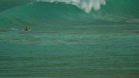 Sufer på vågor på stranden av Nai Harn, Thailand lager videofilmer