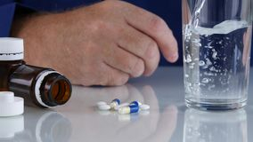 Suficiência do homem um o vidro com água que prepara-se para tomar uma cura médica video estoque