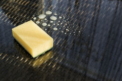 Sufrace en verre de nettoyage : éponge au-dessus de la composition en liquide de lessivage Photos stock