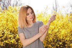 Sufrimiento de la mujer de la alergia estacional al aire libre imagen de archivo
