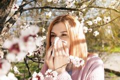 Sufrimiento de la mujer de la alergia estacional al aire libre imagen de archivo libre de regalías