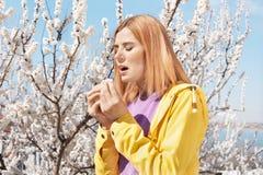 Sufrimiento de la mujer de la alergia estacional al aire libre fotografía de archivo libre de regalías