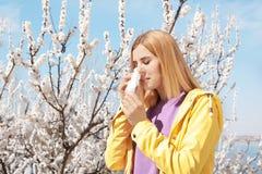 Sufrimiento de la mujer de la alergia estacional al aire libre foto de archivo
