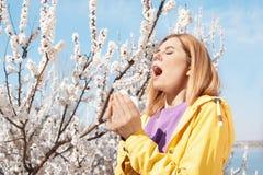 Sufrimiento de la mujer de la alergia estacional al aire libre fotos de archivo