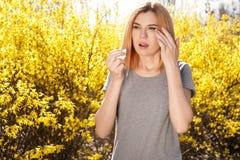 Sufrimiento de la mujer de la alergia estacional al aire libre imagenes de archivo