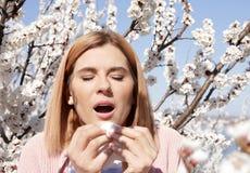 Sufrimiento de la mujer de la alergia estacional el día soleado imagen de archivo libre de regalías