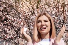 Sufrimiento de la mujer de la alergia estacional el d?a soleado foto de archivo
