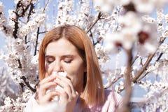 Sufrimiento de la mujer de la alergia estacional el d?a soleado fotografía de archivo