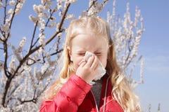 Sufrimiento de la ni?a de la alergia estacional imagenes de archivo