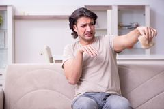 Sufrimiento del hombre joven de la alergia imagen de archivo