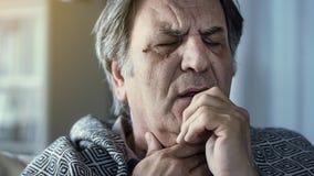 Sufrimiento del hombre mayor del fr?o foto de archivo
