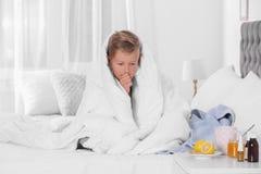 Sufrimiento enfermo del muchacho de la tos imagen de archivo