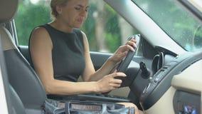 Sufrimiento femenino agotado del dolor de cabeza fuerte, tomando la tableta en su auto almacen de metraje de vídeo