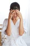 Sufrimiento femenino con dolor de cabeza Imágenes de archivo libres de regalías