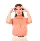 Sufrimiento femenino hispánico del dolor de cabeza de la jaqueca Fotografía de archivo