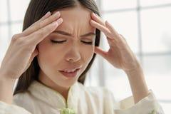 Sufrimiento femenino joven trastornado del dolor de cabeza Imagen de archivo