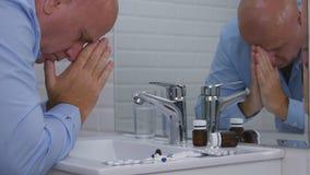 Sufrimiento y persona decepcionada en cuarto de baño con las píldoras y las drogas en el fregadero imagen de archivo libre de regalías