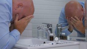 Sufrimiento y persona decepcionada en el cuarto de baño que toma píldoras y las drogas imágenes de archivo libres de regalías