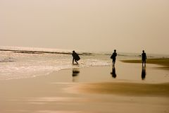 sufring海滩的孩子 免版税库存照片