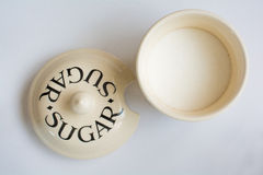 Sugar Bowl clássico com a tampa ao lado da vista superior Foto de Stock