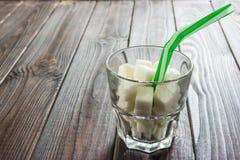 Sugar Content en bebidas alcohólicas Cuánto azúcar en bebida Composición creativa Concepto malsano de la dieta Foto de archivo