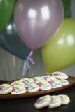 Sugar Cookies Decorated avec le nom et ballons pour la fête d'anniversaire Photographie stock libre de droits