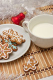 Sugar Cookies e leite decorados para Santa no tempo do Natal sobre Imagem de Stock