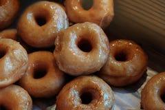 Sugar Donut lustrato sul vassoio Alimento non sano, non raccomandare per noi fotografie stock libere da diritti