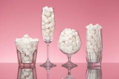 Sugar In Drinks Vidros completamente de Sugar Cubes branco fotografia de stock royalty free