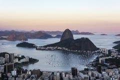Sugar Loaf dans la lumière du soleil de soirée, Rio de Janeiro, Brésil Image stock