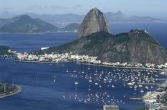 Sugar Loaf (Pão de Açucar) och Botafogo fjärd i Rio de Janeiro, Arkivfoto