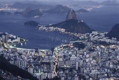 Sugar Loaf (Pão de Açucar) och Botafogo fjärd på natten, Rio de Janeiro de J Arkivbild