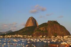 Sugar Loaf y barcos anclados - Rio de Janeiro fotografía de archivo
