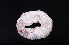 Sugar Ring Donut op een zwarte Achtergrond stock afbeelding