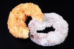 Sugar Ring Donut op een zwarte Achtergrond stock afbeeldingen