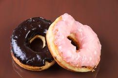Sugar Ring Donut su un fondo marrone immagini stock