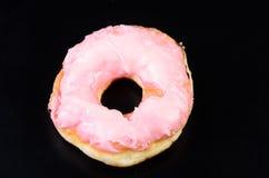 Sugar Ring Donut sur un fond noir images libres de droits