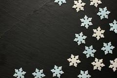 Sugar Snowflakes i vit och blått på svart bakgrund Royaltyfri Bild