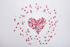 Sugar Sprinkles Candies nella forma del cuore sparsa su fondo bianco Valentine Romance Birthday Charity Symbol Fotografia Stock