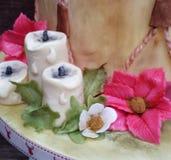 Sugarcraft-Dekorationskerzen und -poinsettias für Weihnachten stockbilder