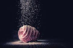 Sugarloaf cade sulle caramelle gommosa e molle su un fondo scuro, macro immagini stock libere da diritti