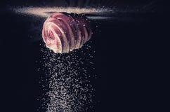 Sugarloaf faller på marshmallower på en mörk bakgrund, inverterad, makro Fotografering för Bildbyråer
