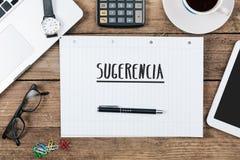 Sugerencia, spanischer Text für Vorschlag auf Notizblock an Bürode Lizenzfreies Stockbild